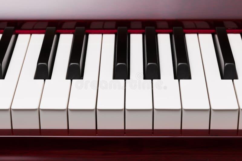 Tangenter av det röda pianot arkivfoton