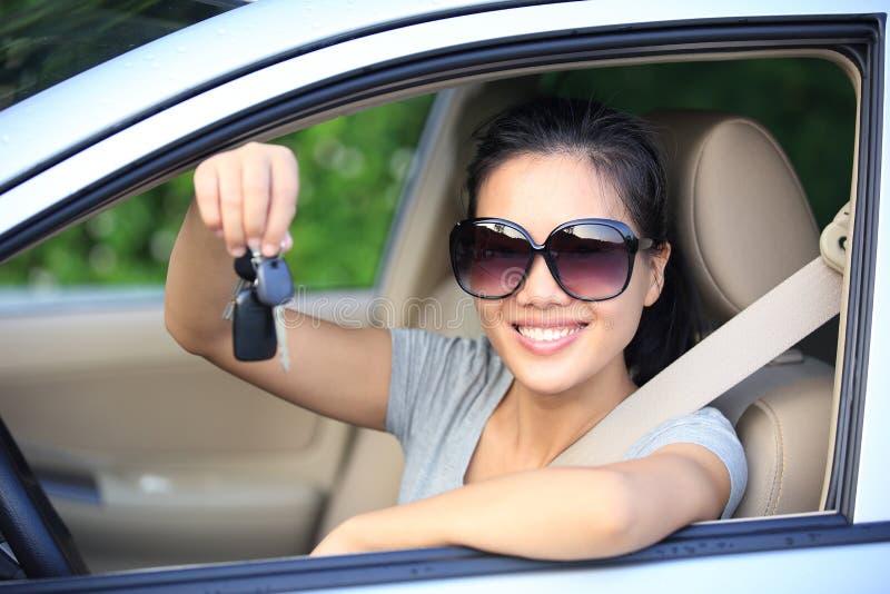 Tangenter för bil för kvinnachaufförshow arkivfoton