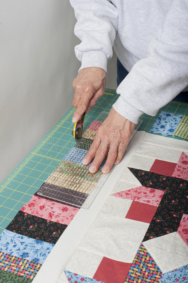 Tangenter för Quilter brämpiano av täcket överträffar tyg. royaltyfri bild