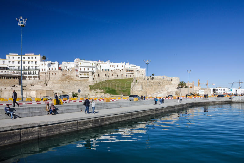 TANGER, МАРОККО - 31-ОЕ ЯНВАРЯ 2017: Морской порт и форт Tanger старый стоковое изображение