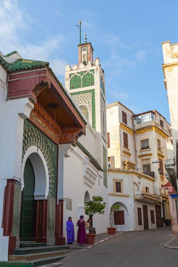Tanger, Marokko De Arabische vrouwen bevinden zich dichtbij oude moskee stock fotografie