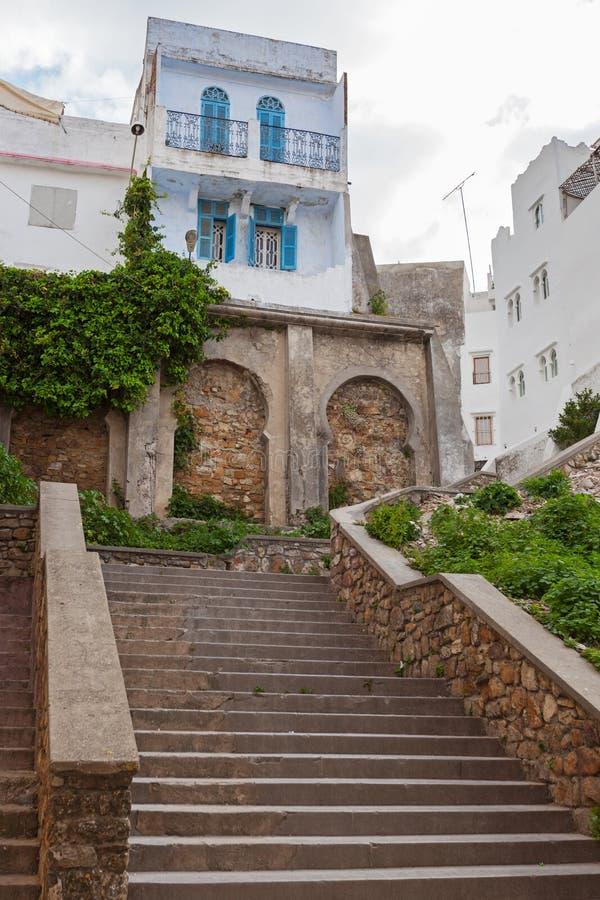 Tanger, Marokko. Oude straatmening met steentreden royalty-vrije stock fotografie