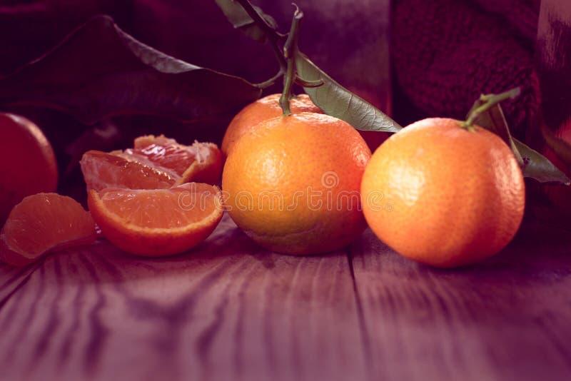 Tangerin med sidor på en träbakgrund arkivfoton