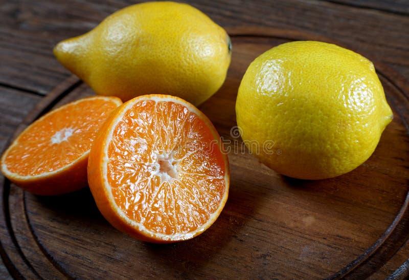 Tangerin och citroncloseup på en tabell royaltyfria bilder