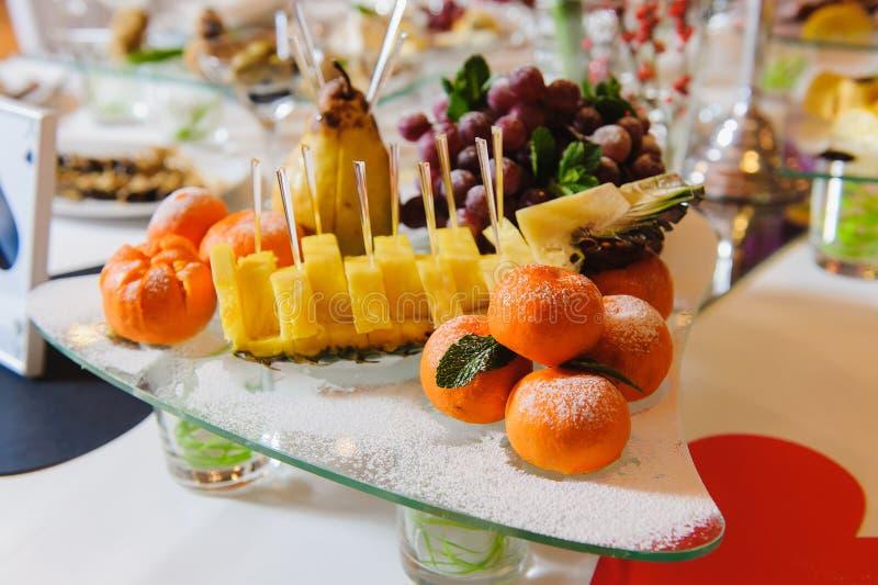 Tangerin på en festlig tabell royaltyfria bilder