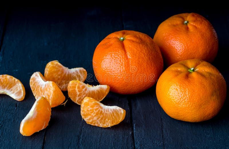 Tangerin på lantlig svart backgro för citrusfrukt för tabellslut upp - royaltyfri foto