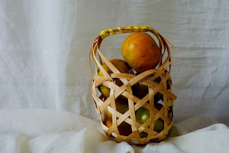 A tangerina na cesta de madeira e o espaço para escrevem o fraseio fotos de stock royalty free