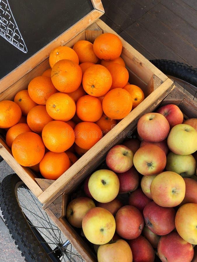 Tangerinas e maçãs na opinião de caixas de madeira imagens de stock royalty free
