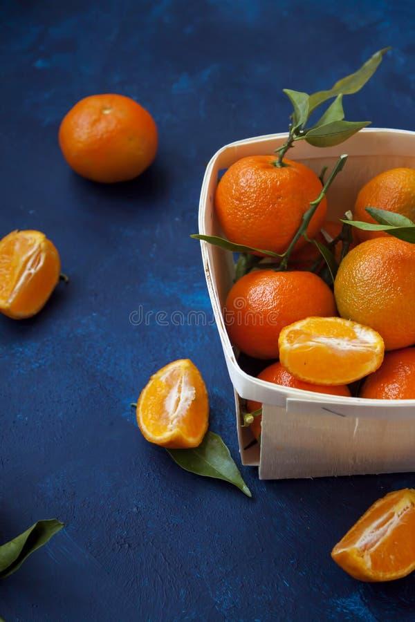 Tangerinas frescas na cesta fotografia de stock royalty free