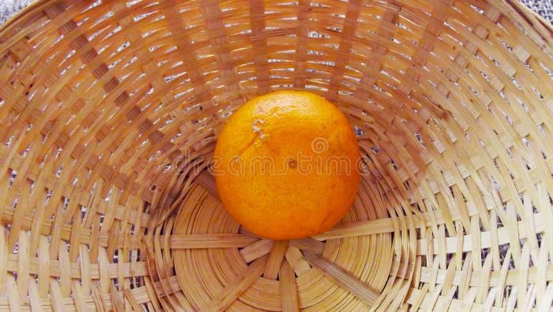 Tangerine στο καλάθι στοκ εικόνες