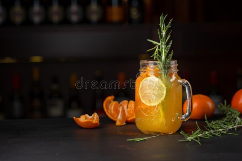 Tangerine lemoniada w kubku fotografia stock