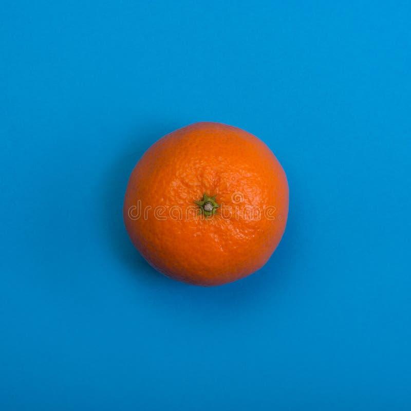 Tangerine na b??kitny tle Odg?rny widok fotografia stock