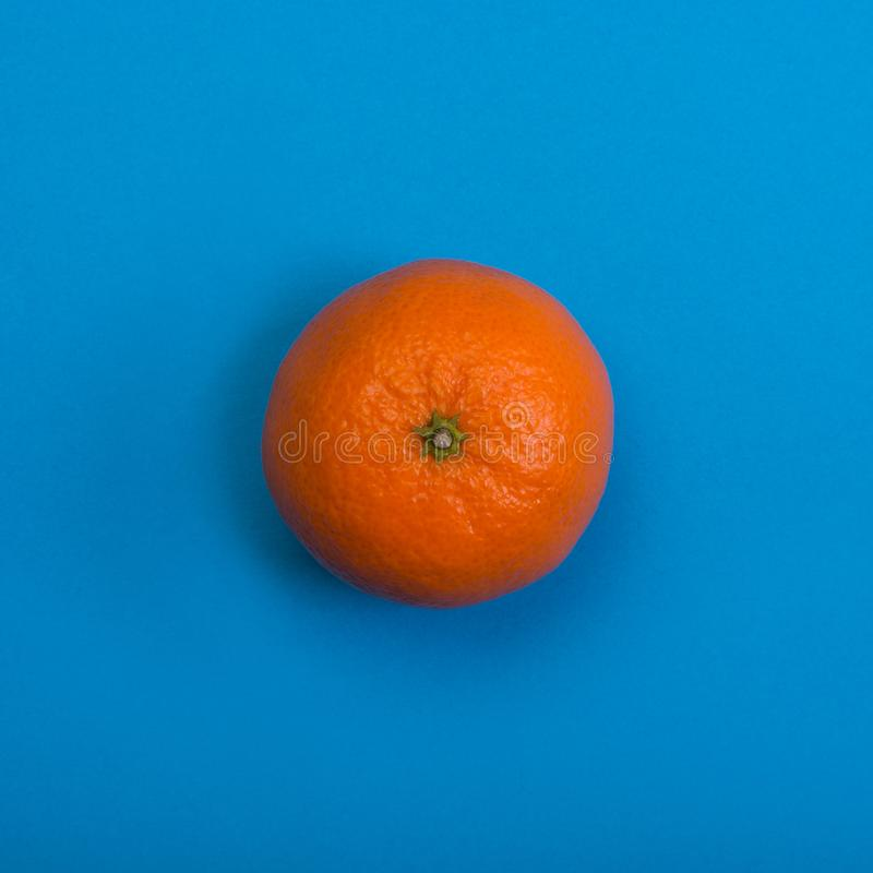 Tangerine p? bl? bakgrund Top besk?dar arkivbild