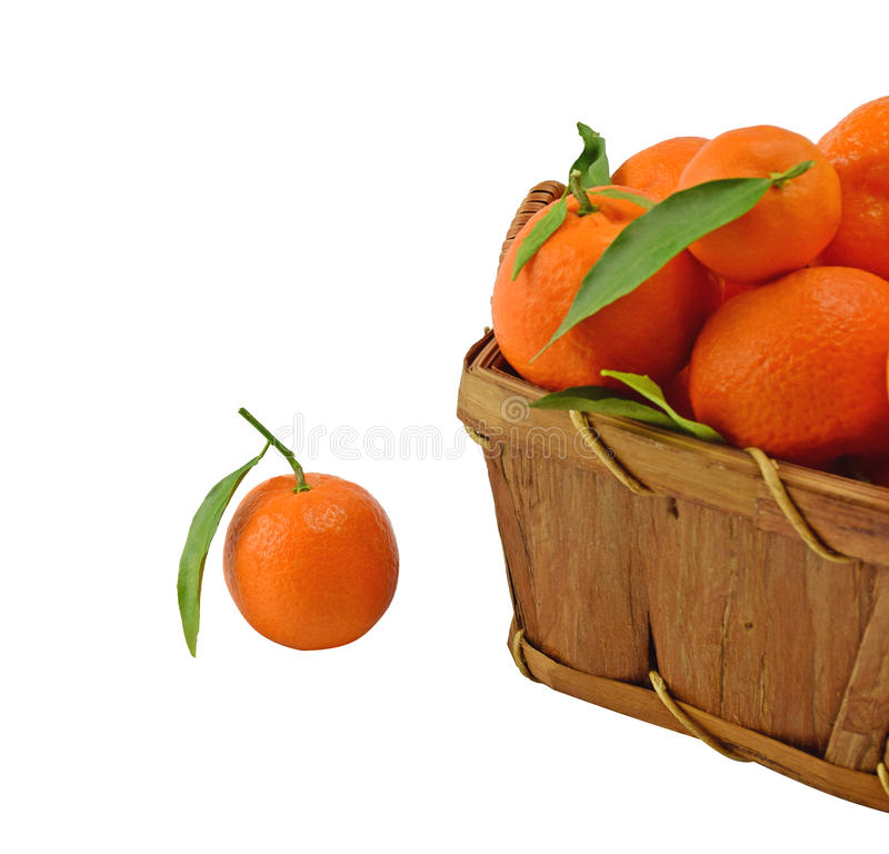 Tangerine w drewnianym koszu fotografia royalty free