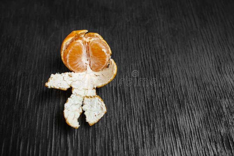 Tangerinen auf einem schwarzen Hintergrund Viele frische Frucht - Mandarinen stockbild