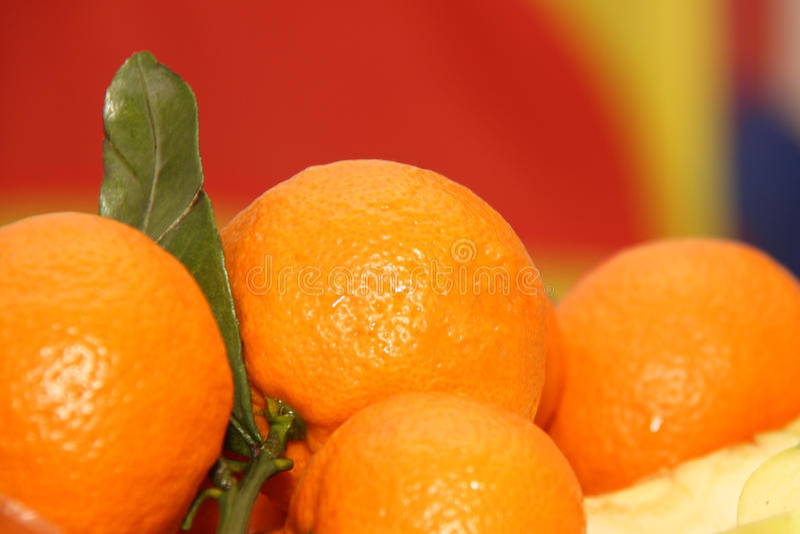 Tangerinen auf neues Jahr ` s Tabelle stockfoto