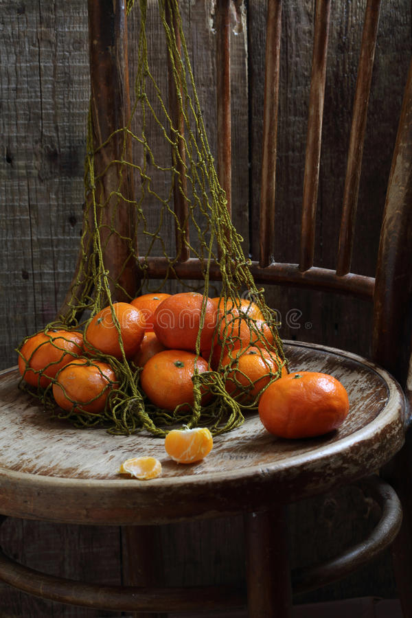 Tangerinen in einem Rasterfeld lizenzfreie stockfotografie