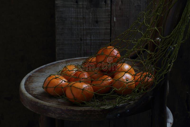 Tangerinen in einem Rasterfeld stockbilder