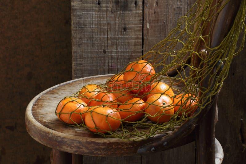 Tangerinen in einem Rasterfeld stockfotos