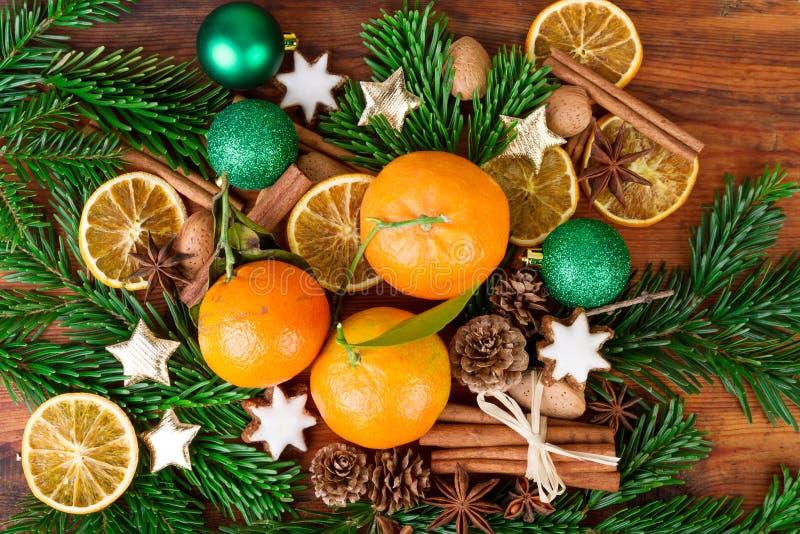 Tangerinen trägt Weihnachtsdekoration mit Tannenzweig und Gewürzen Früchte stockfoto