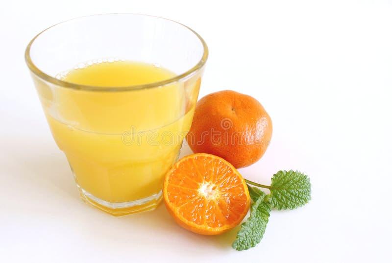 Tangerines και γυαλί χυμού στο άσπρο υπόβαθρο r στοκ φωτογραφίες
