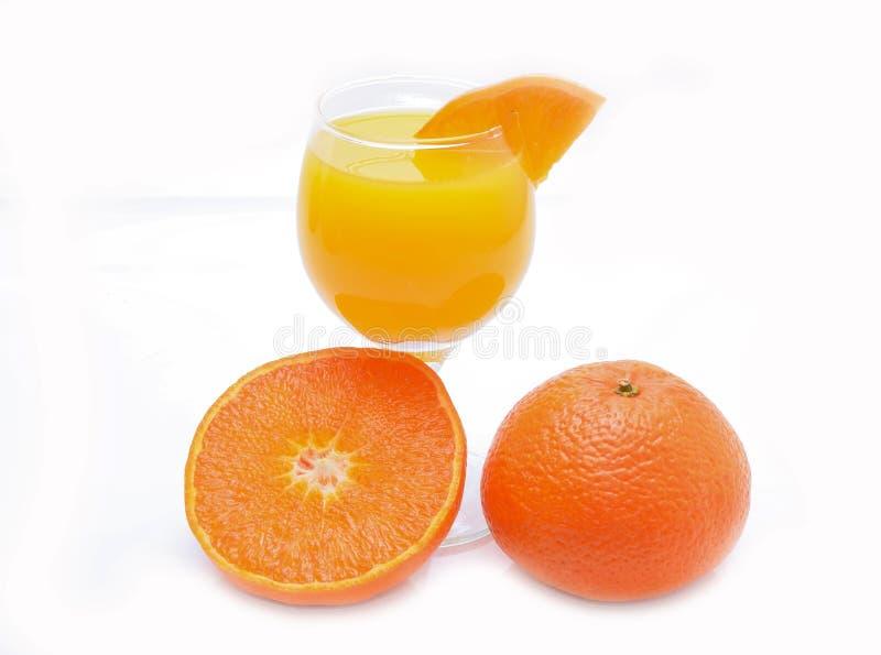 Tangerines και γυαλί χυμού που απομονώνεται στο άσπρο υπόβαθρο στοκ εικόνες