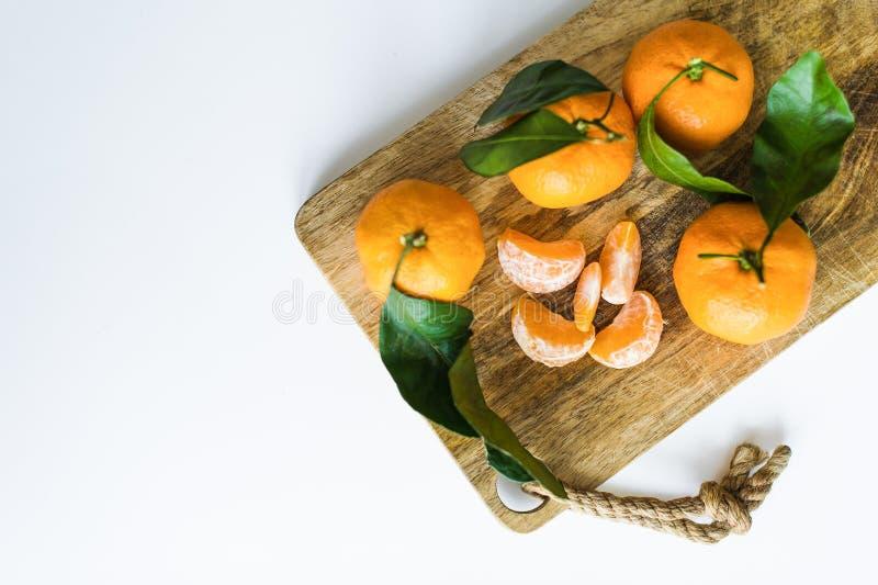 Tangerines με τους κλάδους σε ένα άσπρο υπόβαθρο στοκ εικόνα