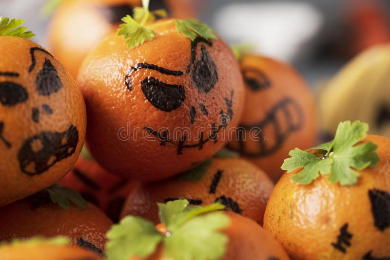 Tangerines που διακοσμούνται ως χαρασμένες κολοκύθες στοκ εικόνες με δικαίωμα ελεύθερης χρήσης