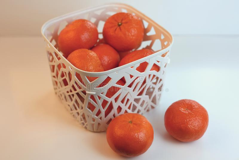 Tangerines σε ένα άσπρο καλάθι Πορτοκάλια σε ένα καλάθι στοκ εικόνες