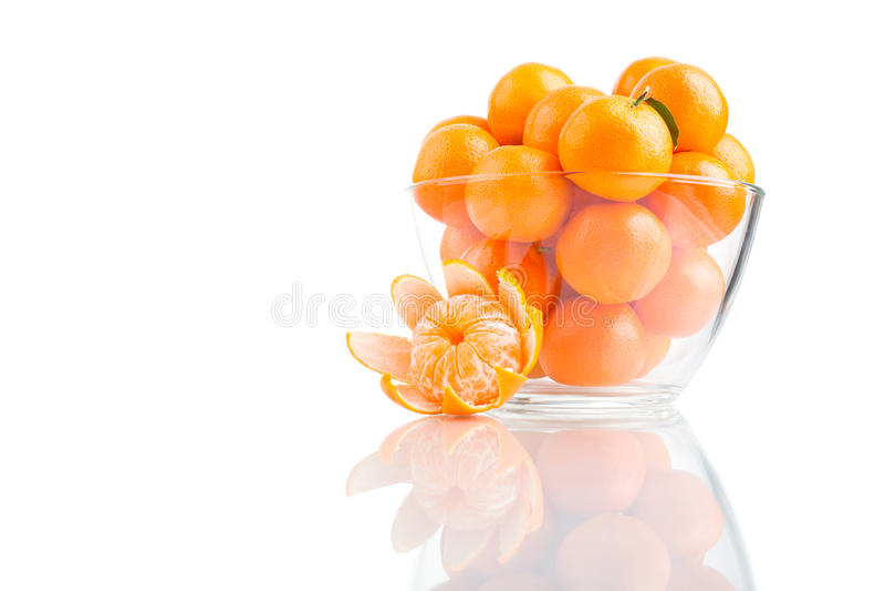 Tangerines σε ένα κύπελλο γυαλιού στο άσπρο υπόβαθρο στοκ φωτογραφίες