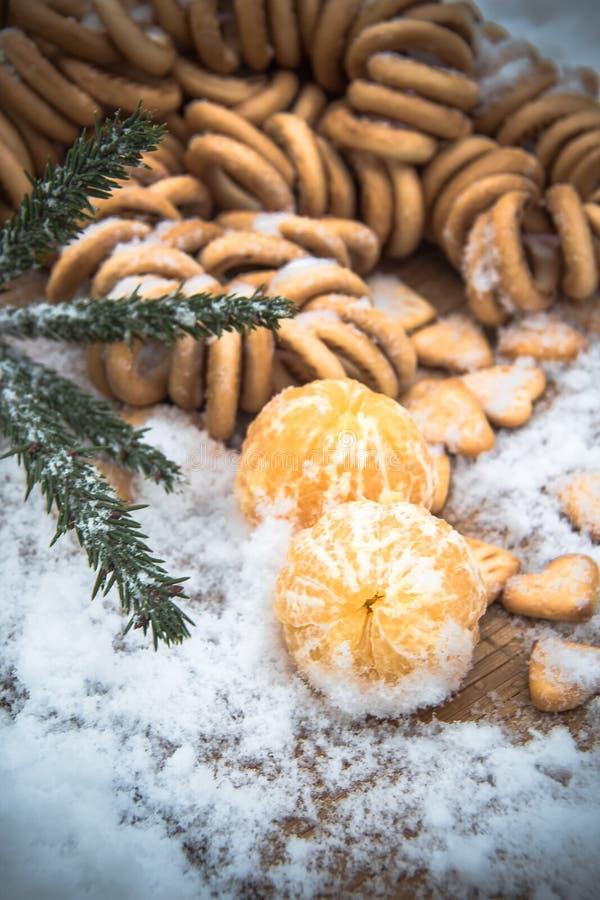 Tangerines в снеге на деревянном столе, Новом Годе, натюрморте стоковая фотография rf