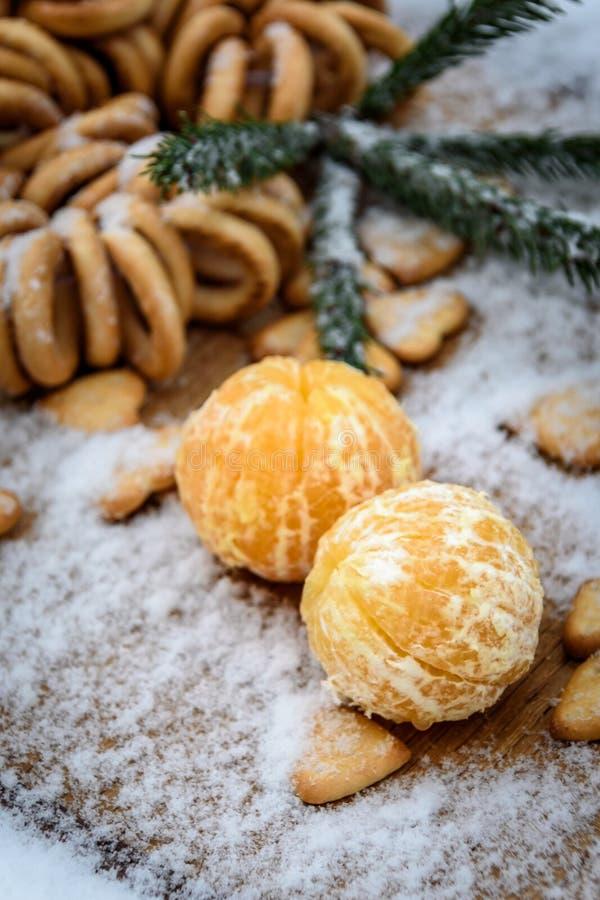 Tangerines в снеге на деревянном столе, Новом Годе, натюрморте стоковое изображение rf