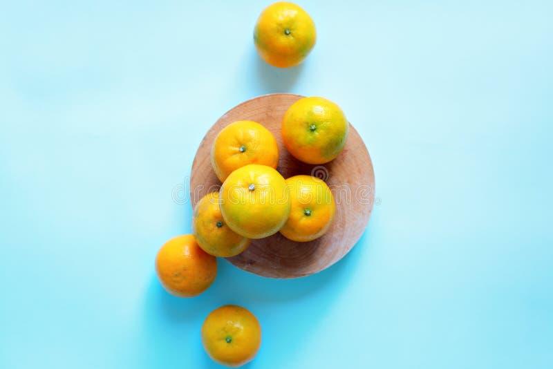Tangerines в шаре на голубой предпосылке r стоковые фото