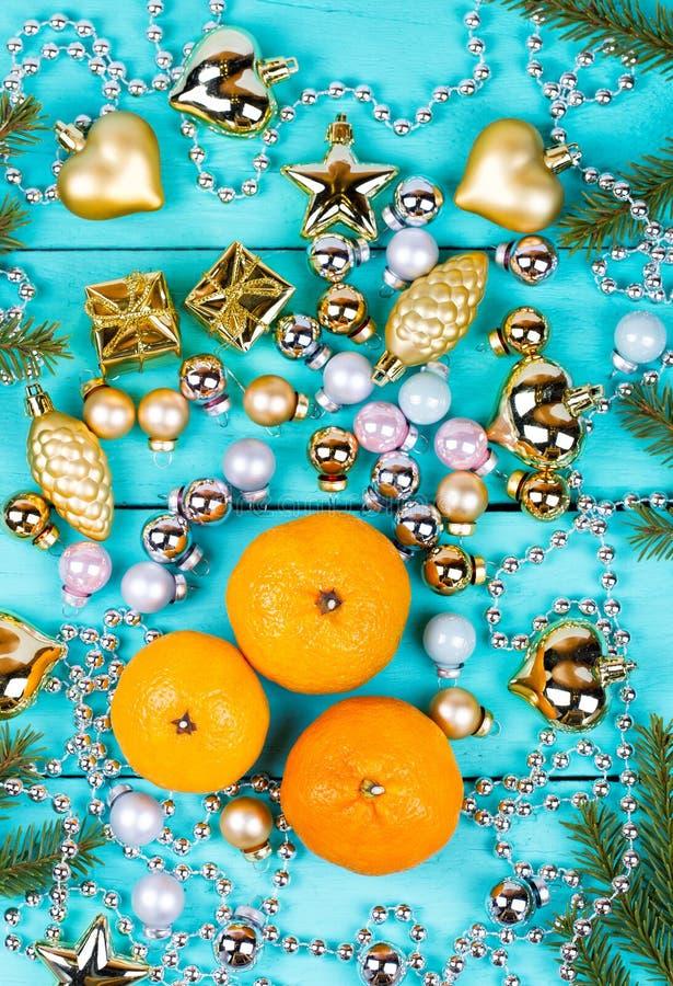 Tangerines и безделушки на таблице стоковые фото