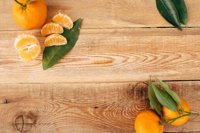 Download Tangerines с зелеными листьями на деревянной предпосылке Стоковое Фото - изображение насчитывающей здорово, состав: 81803032