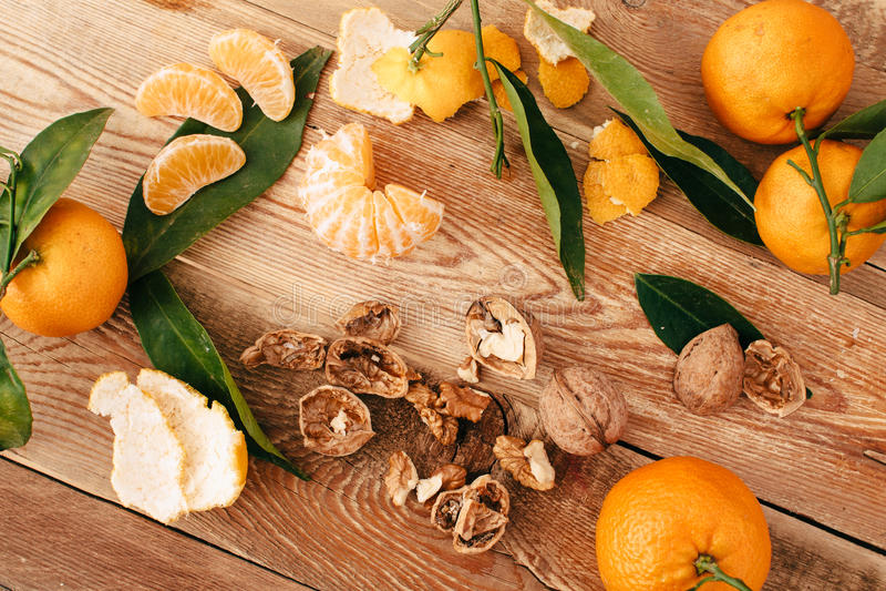 Download Tangerines с зелеными листьями на деревянной предпосылке Стоковое Изображение - изображение насчитывающей померанцово, сладостно: 81803097