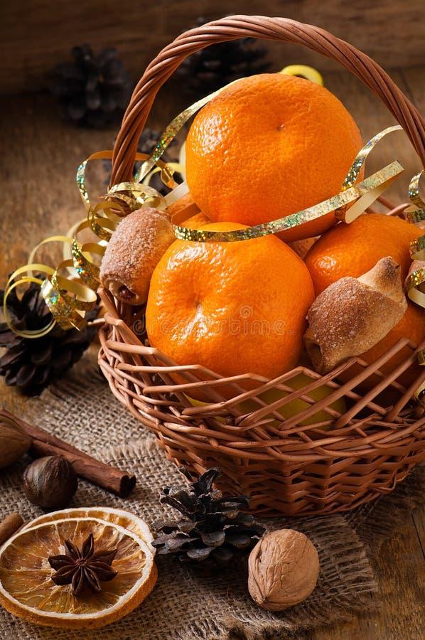 Tangerines em uma cesta foto de stock