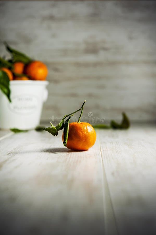 Tangerines na szarym drewnianym tle fotografia stock