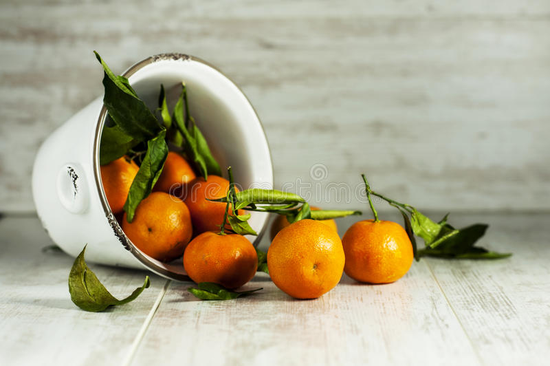 Tangerines rozlewający z ceramicznego garnka zdjęcie stock