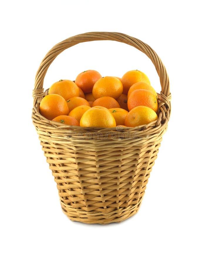 Tangerines w brown łozinowym koszu  fotografia royalty free