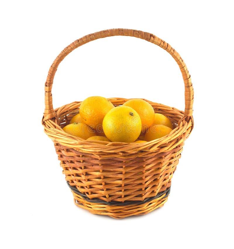 Tangerines w brown łozinowym koszu odizolowywającym obrazy royalty free