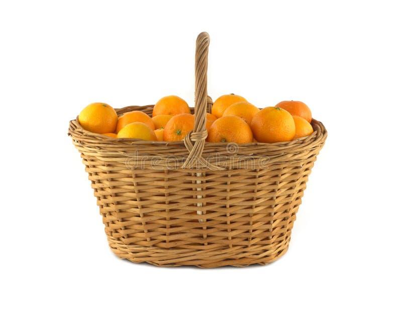 Tangerines w brown łozinowym koszu odizolowywającym obraz stock