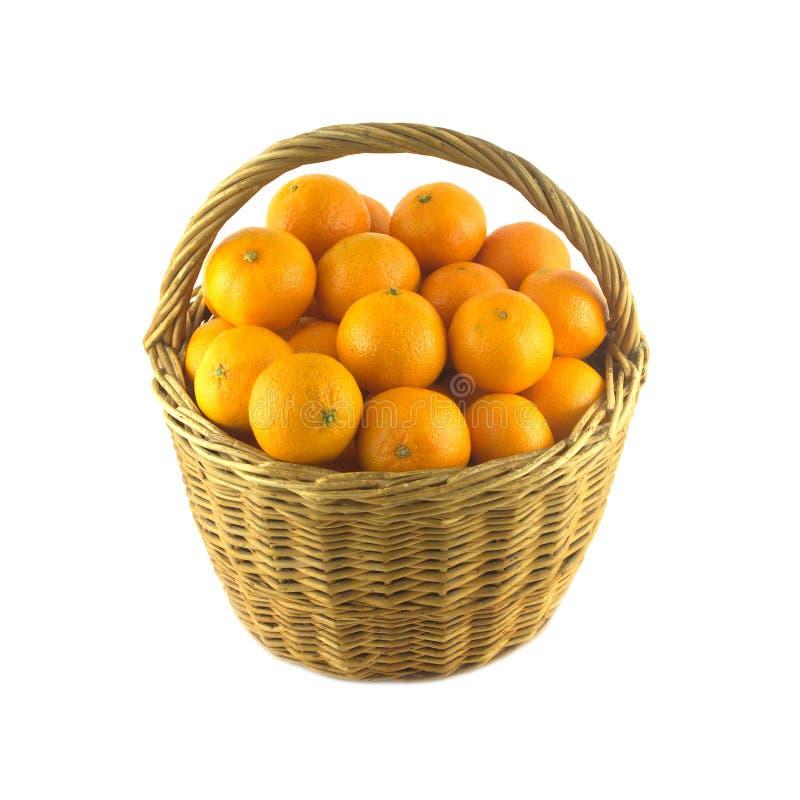 Tangerines w brown łozinowym koszu odizolowywającym zdjęcia stock