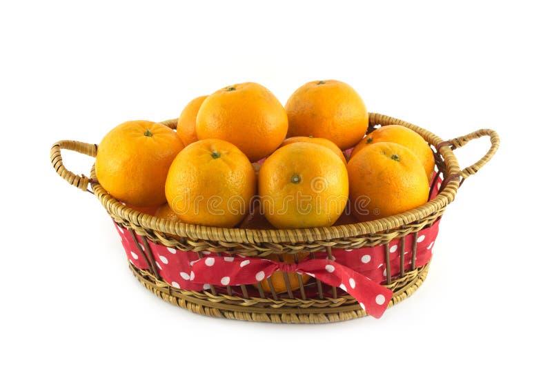 Tangerines w brown łozinowym koszu odizolowywającym fotografia royalty free
