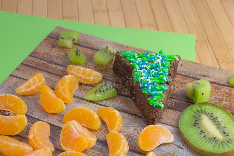 Tangerinescheiben Grüne Kiwischeiben Brownie Cake lizenzfreie stockfotos