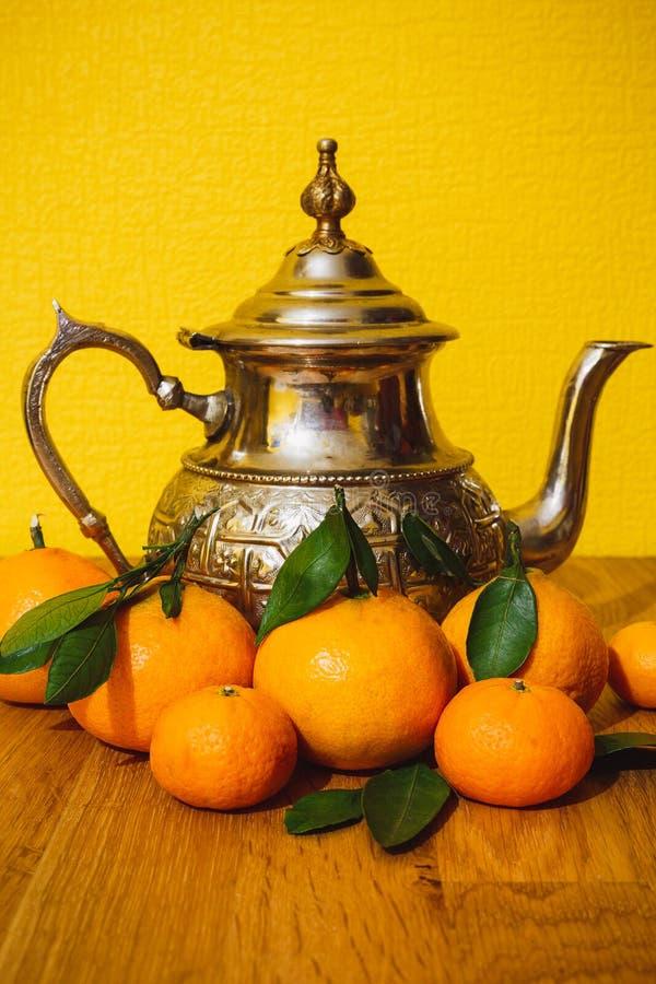 Tangeriny i czajnik z Maroka zdjęcia royalty free