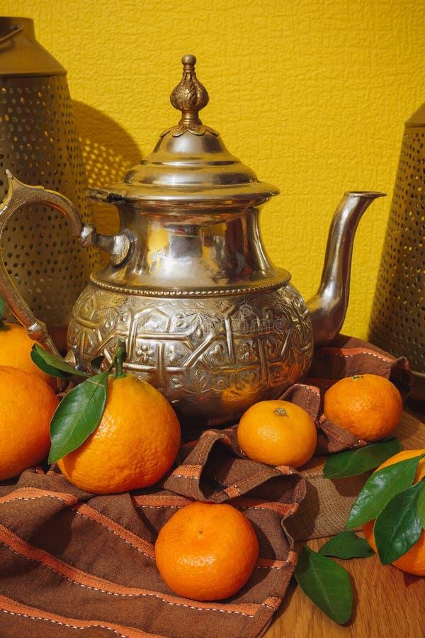 Tangeriny i czajnik z Maroka obrazy royalty free