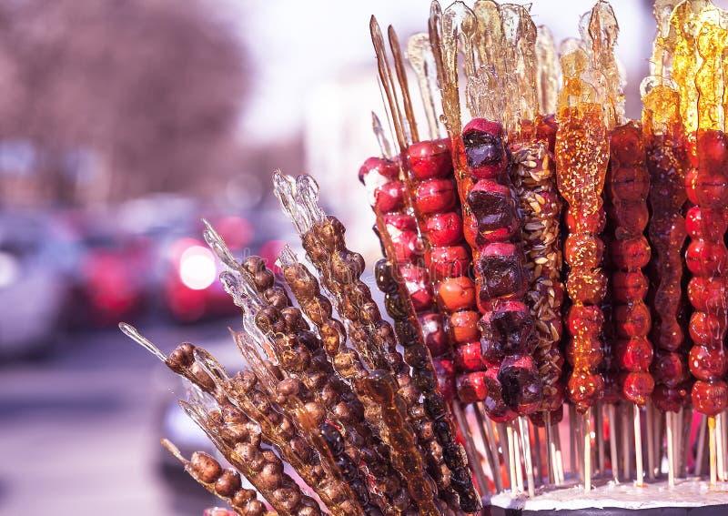 Tanghulu, frutta candita cinese sul bastone, alimento cinese fotografia stock