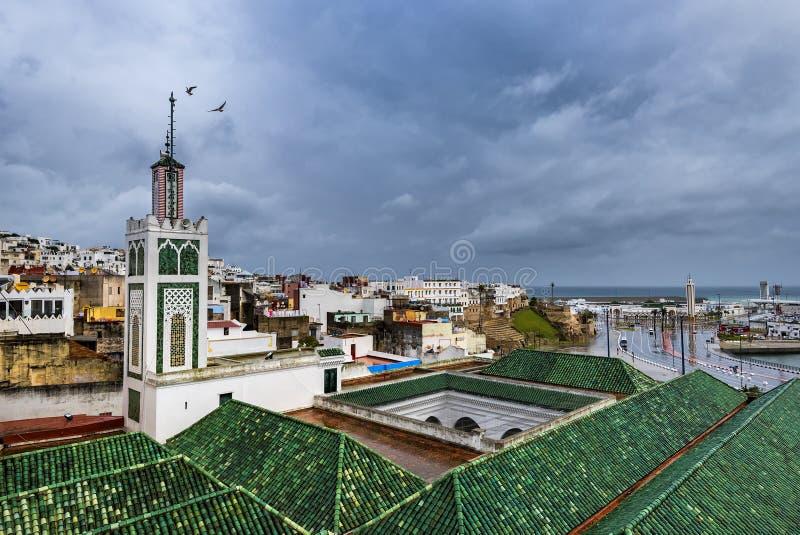 TANGIER/MAROCKO - NOVEMBER 2018: belade med tegel tak av byggnader en av de många moskéerna av medinaen av Tangier royaltyfri foto