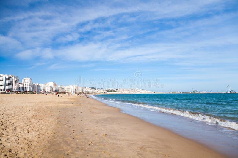 Tangier społeczeństwa plaża z chodzącymi lokalnymi ludźmi zdjęcia stock